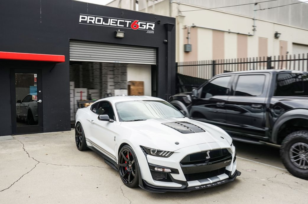 Oxford White Shelby GT500 completed with the Project 6GR 7-SEVEN wheels / GT500 specs